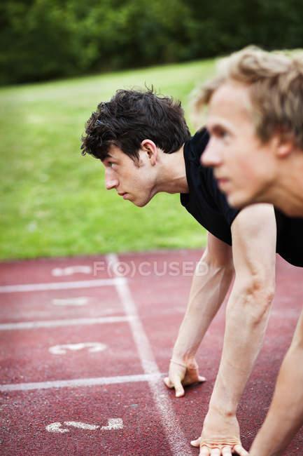 Молодые спортсмены на стартовой линии — стоковое фото