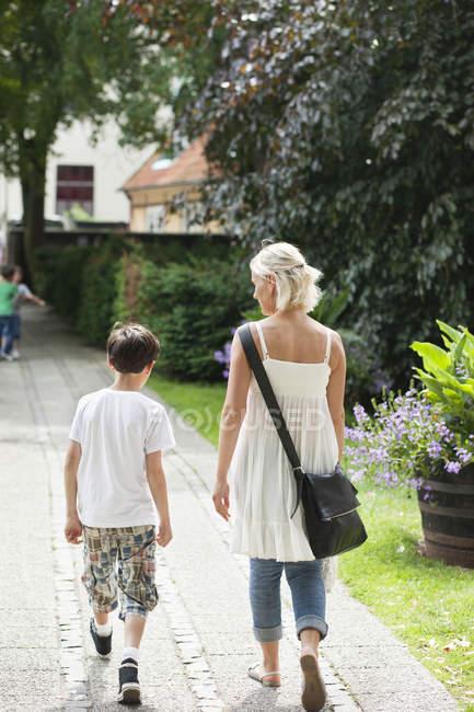 Мальчик гуляет с мамой — стоковое фото