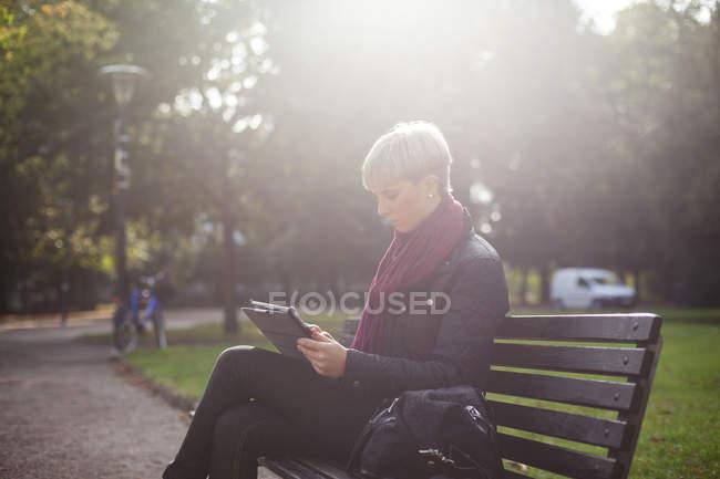 Woman sitting on bench — Stock Photo