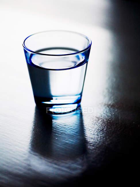 Bicchiere d'acqua sul tavolo — Foto stock