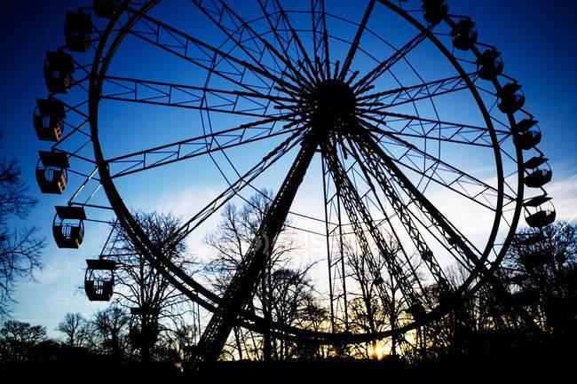 Чортове колесо в сутінках — стокове фото