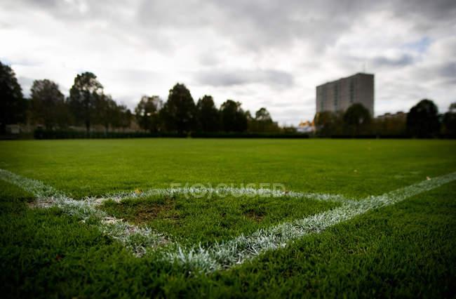 Маркировка угла на футбольном поле — стоковое фото