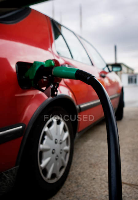 Auto an Tankstelle betankt — Stockfoto