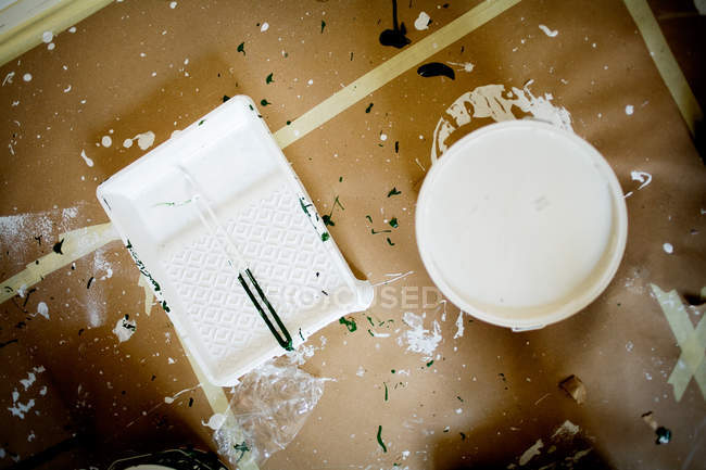 Paint can on messy floor — Stock Photo