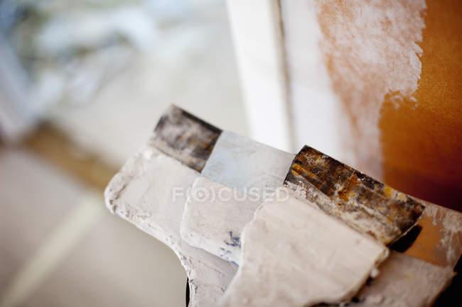 Cuchillos de masilla desordenados - foto de stock