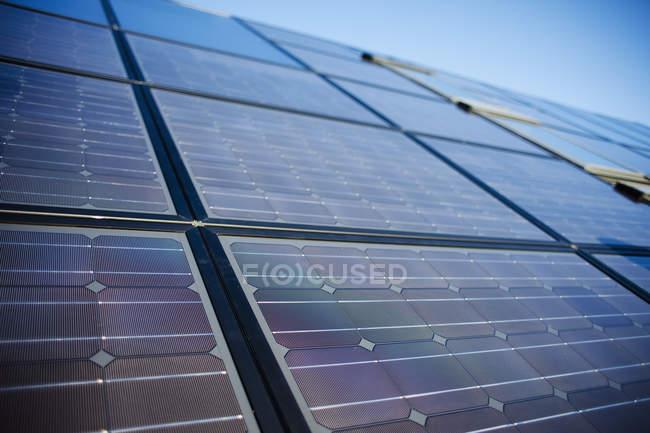 Painéis solares contra o céu — Fotografia de Stock