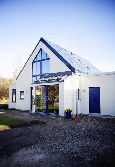 Exterior de casa contra el cielo azul - foto de stock