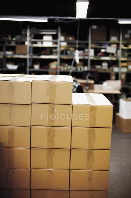Scatole di cartone in magazzino — Foto stock