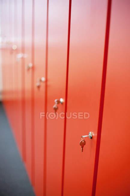 Llaves en taquillas rojas - foto de stock