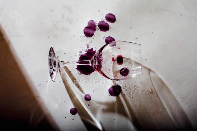 Wein-Flecke mit Glas — Stockfoto