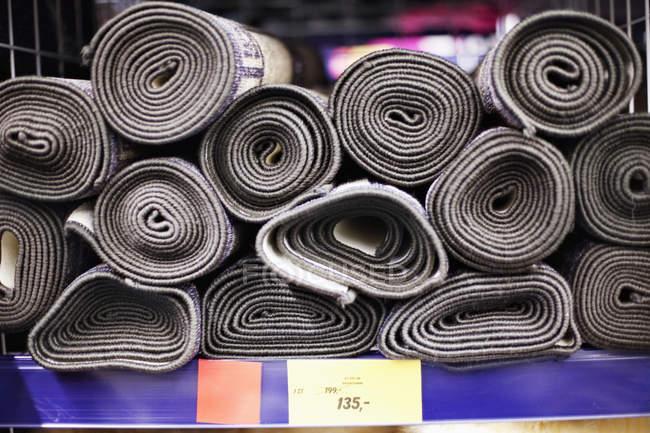 Aufgerollt, Teppiche zu verkaufen — Stockfoto