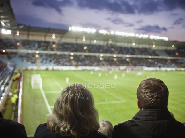 La gente que mira fútbol - foto de stock