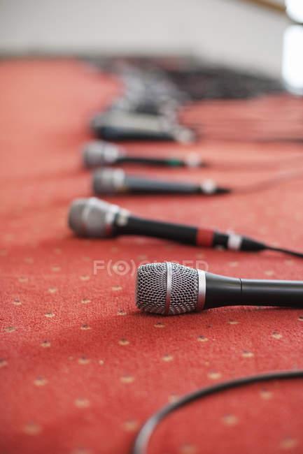 Строка микрофонов на сцене — стоковое фото