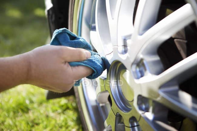 Hand-Reinigungs-Pkw-Reifen — Stockfoto