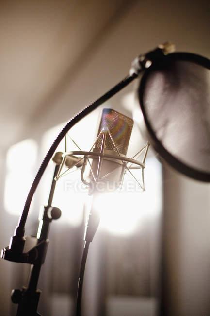 Micrófono en el estudio de grabación - foto de stock