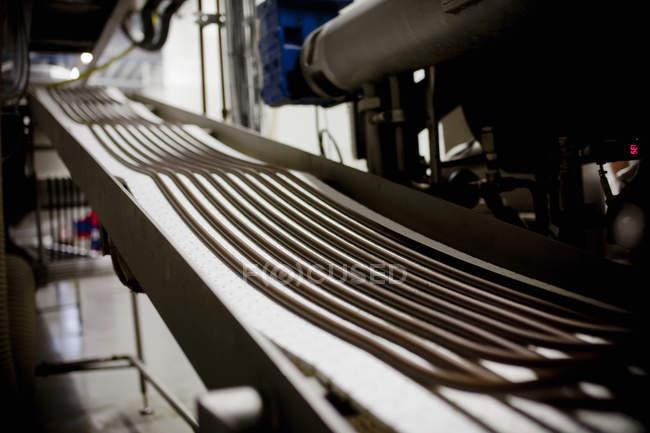 Ленточный конвейер на фабрике — стоковое фото