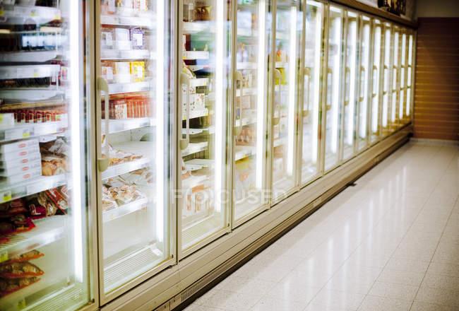 Sezione refrigerata nel supermercato — Foto stock