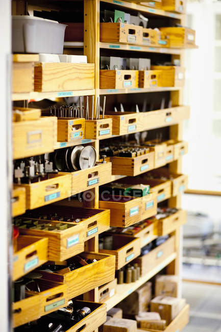 Запчастини в дерев'яні ящики — стокове фото
