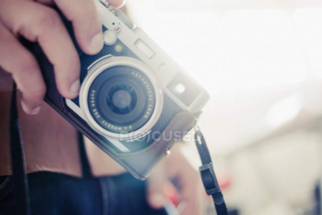 Homem segurando câmera vintage — Fotografia de Stock