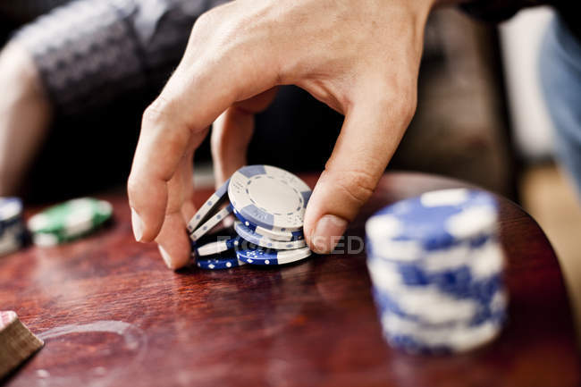 Hand mit Pokerchips — Stockfoto