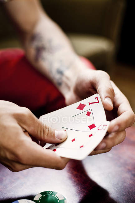 La main tenant le jeu de cartes — Photo de stock