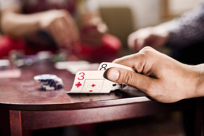 La main en jouant au poker au casino — Photo de stock