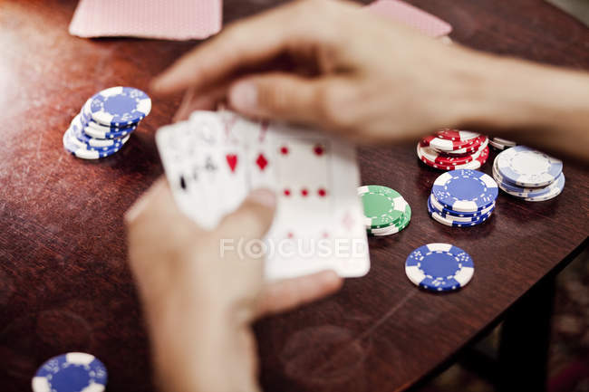Jouer au poker sur table de la main — Photo de stock