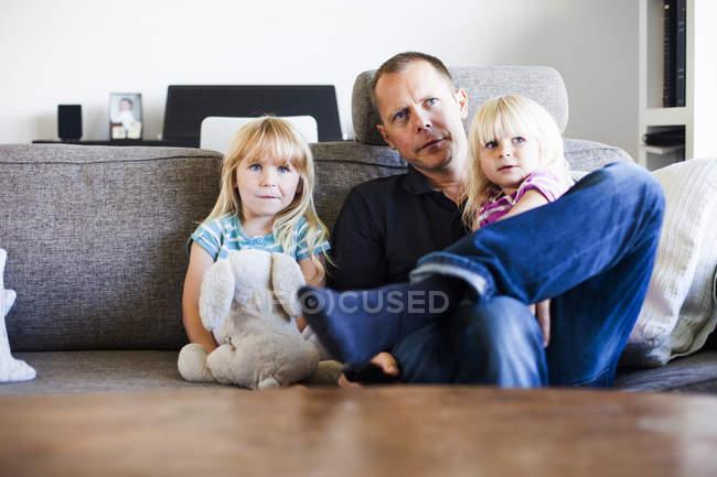 Vater sitzt mit Töchtern zusammen — Stockfoto