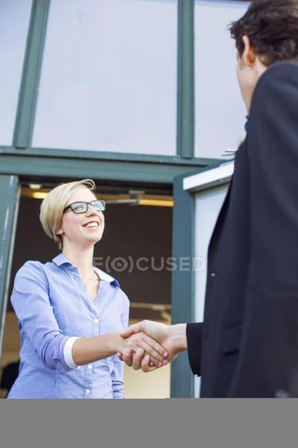 Бізнес-леді потискуючи руку — стокове фото
