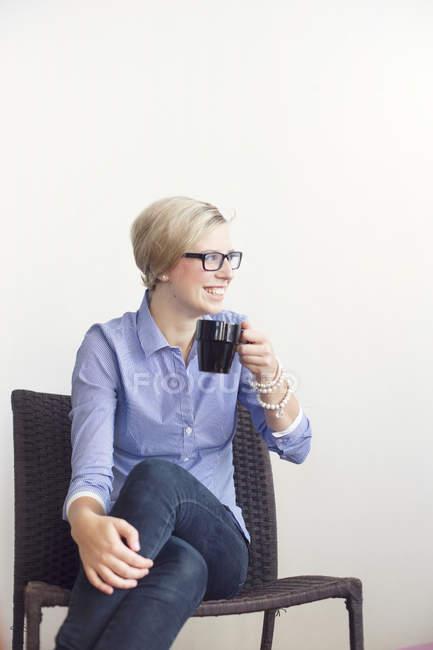Felice donna d'affari in possesso di caffè — Foto stock