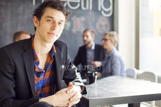 Porträt eines selbstbewussten Geschäftsmannes — Stockfoto