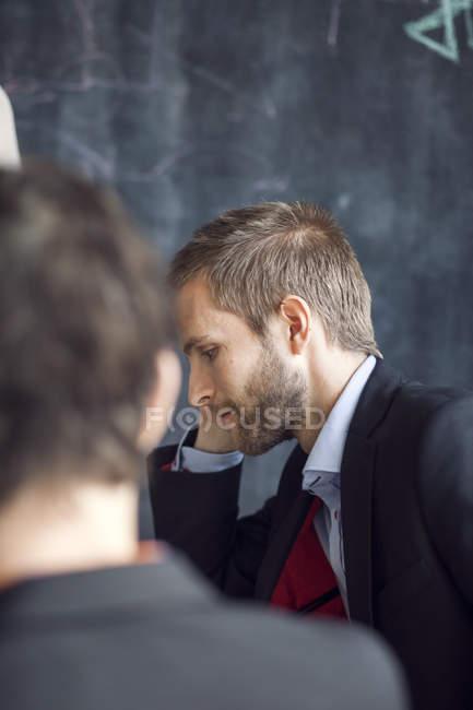 Uomo d'affari in riunione con il collega — Foto stock