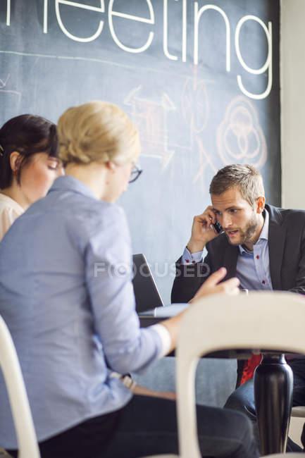 Atender telefone inteligente de empresário — Fotografia de Stock