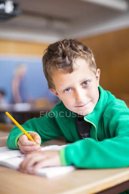 Portrait d'un écolier confiant — Photo de stock