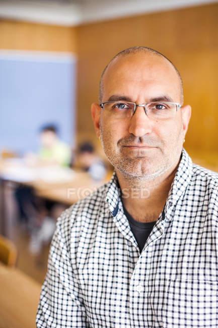 Портрет уверенного учителя-мужчины — стоковое фото