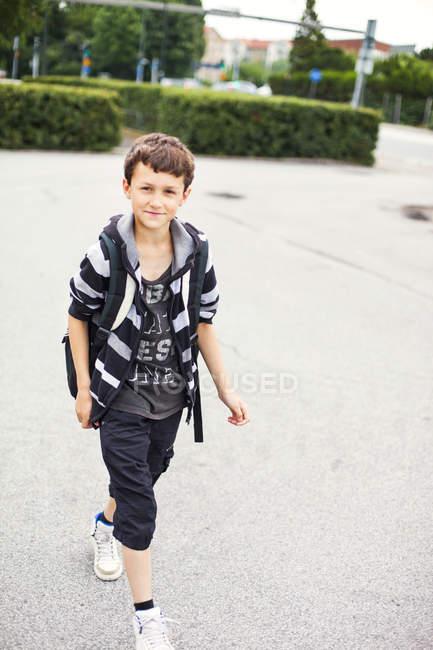 Portrait d'écolier marchant dans la rue — Photo de stock