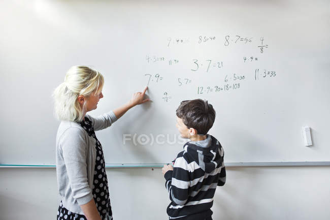 Professeur de mathématiques d'expliquant — Photo de stock