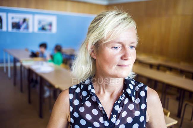 Riflessivo insegnante in aula — Foto stock