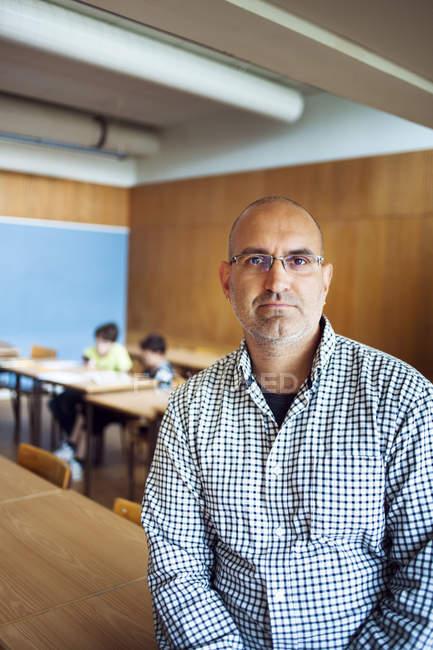 Портрет уверенного учителя — стоковое фото