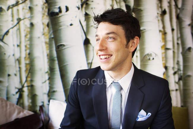 Glücklicher Geschäftsmann lächelt — Stockfoto