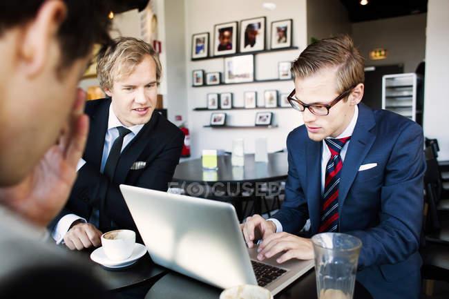 Uomo d'affari che utilizza laptop — Foto stock