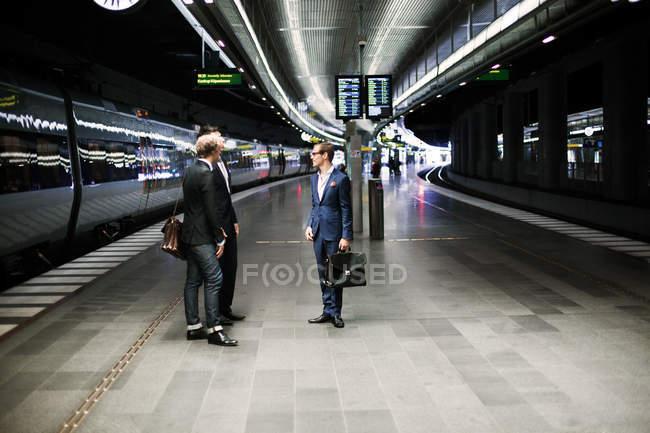 Colleghi di lavoro in piedi alla ferrovia — Foto stock