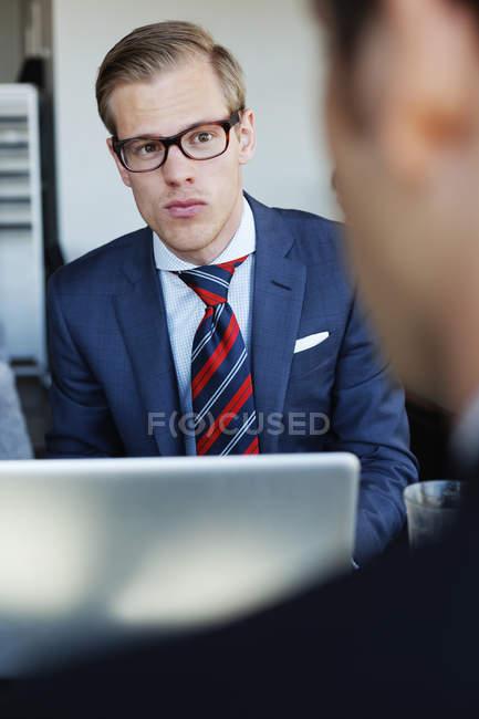 Uomo d'affari guardando il collega — Foto stock