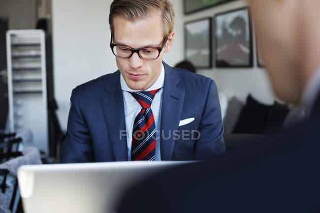 Homme d'affaires travaillant sur ordinateur portable — Photo de stock