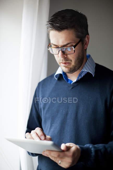 Uomo di età media utilizzando la tavoletta digitale — Foto stock