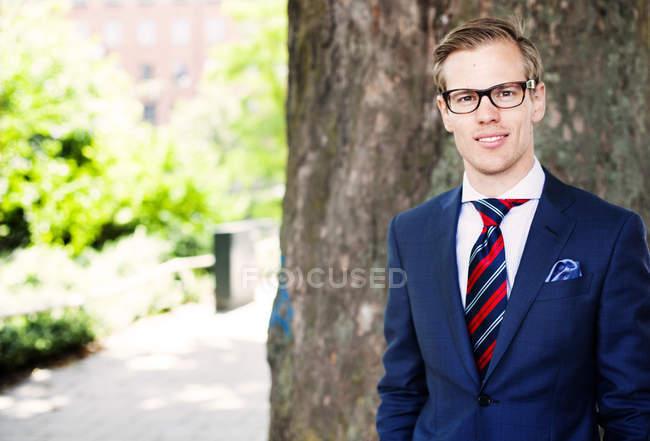 Портрет усміхненого бізнесмена — стокове фото