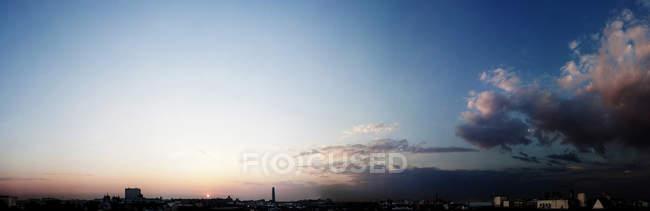 Vista de cielo azul durante el atardecer - foto de stock