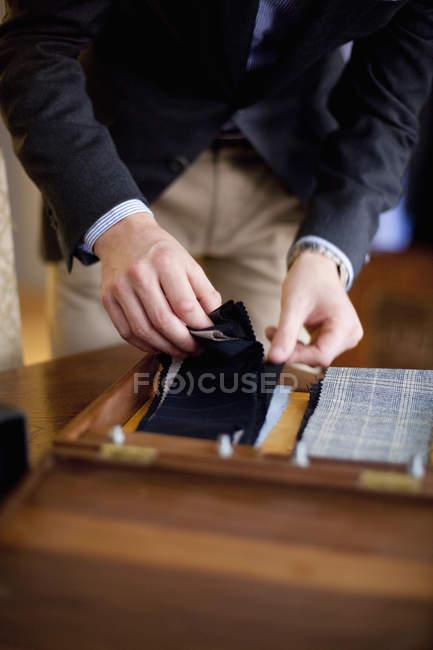 Kundin hält Stoffmuster im Geschäft — Stockfoto
