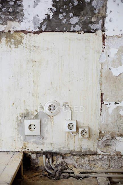 Prese danneggiate su pareti intemperie — Foto stock