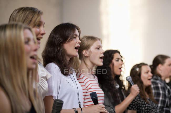 Femininos coros cantando na igreja — Fotografia de Stock